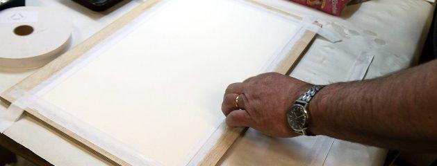 Akvarellipaperin liimaus
